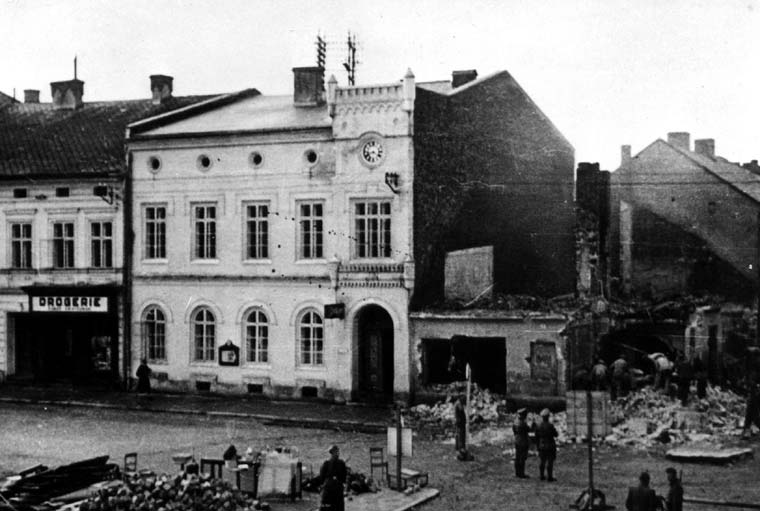 oswiecim-demolition-of-a-building-on-the-main-square-photograph-from-the-occupation-years