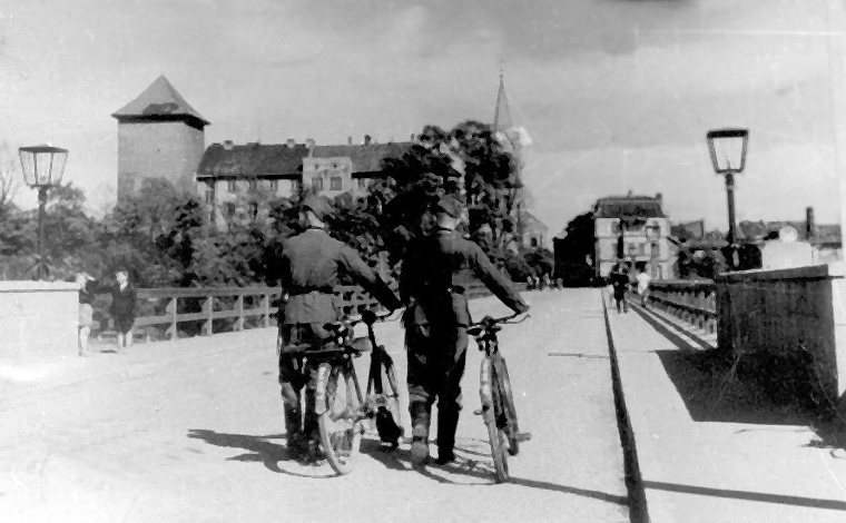 oswiecim-the-bridge-over-the-river-sola-german-soldiers-during-the-occupation-photographer-and-date-unknown