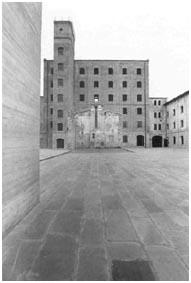 paola-mattioli_la-risiera-di-san-sabba_piazza_centrale_e_sagoma_crematorio