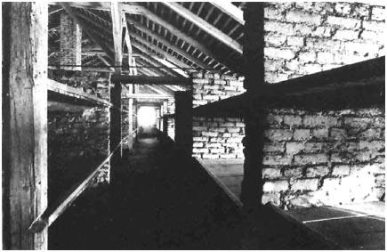 raymond-depardon_5_interno-baracca-a-birkenau